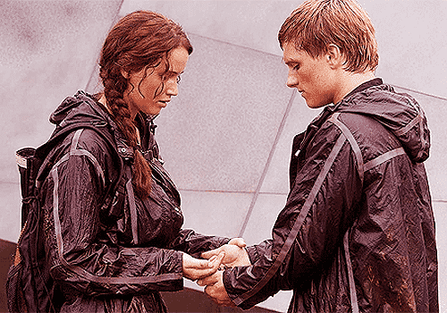 Katniss and Peeta with berries in 'The Hunger Games' movie